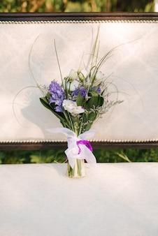 Détails du matin nuptiale. bouquet de mariée entre les mains de la mariée