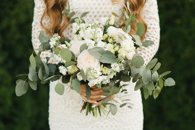 Détails du matin nuptiale. mariage beau bouquet entre les mains de la mariée