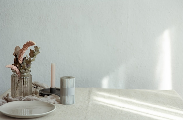 Détails élégants de la décoration intérieure sur fond de mur blanc avec rayons de soleil.