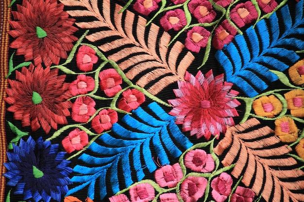 Détails de fleur rose sur le tissu traditionnel