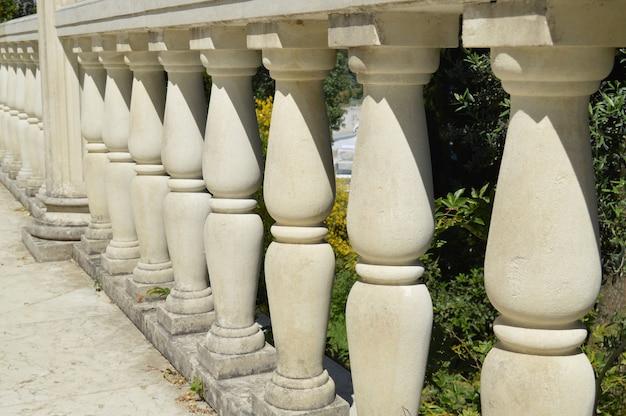 Détails en gros plan de la balustrade, colonnes de marbre blanc, éclairées par le soleil