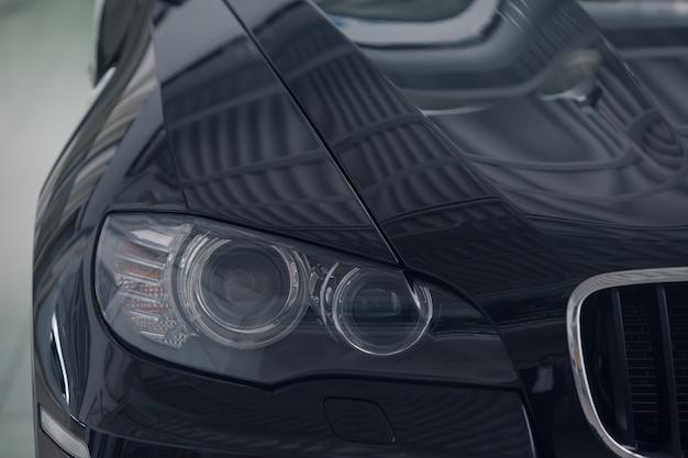 Détails gros plan: phares. l'icône de l'entreprise automobile bmw