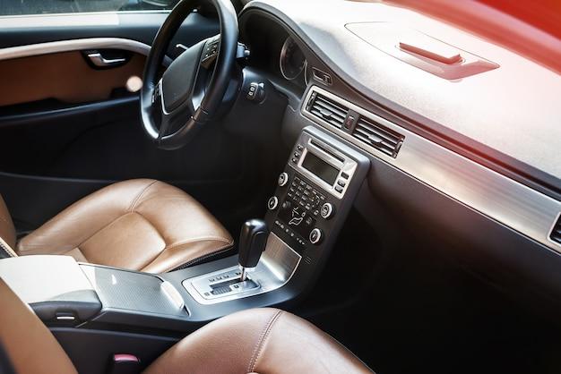 Détails de l'intérieur de la voiture, berline marron avec sièges en cuir