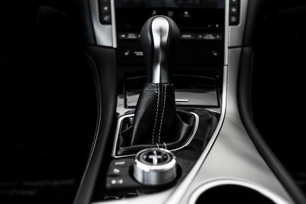 Détails de l'intérieur de la voiture élégante, intérieur en cuir
