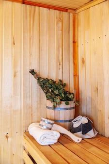 Détails intérieurs hammam sauna finlandais avec accessoires de sauna traditionnels
