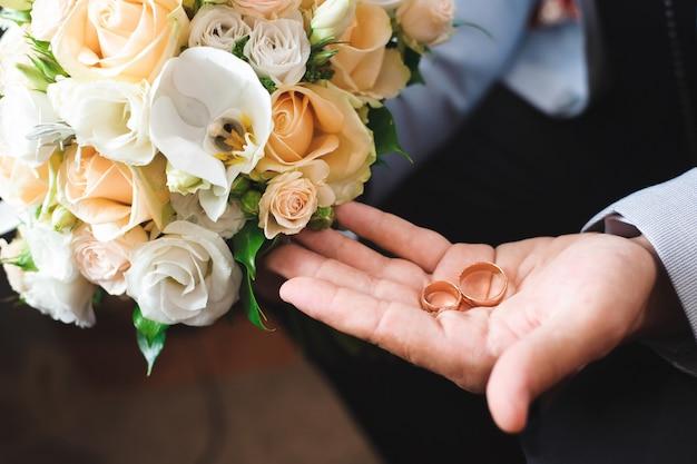Détails de mariage - alliances comme symbole de la vie heureuse