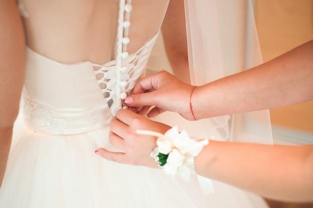 Détails de mariage mariée - robe blanche de mariage pour une femme