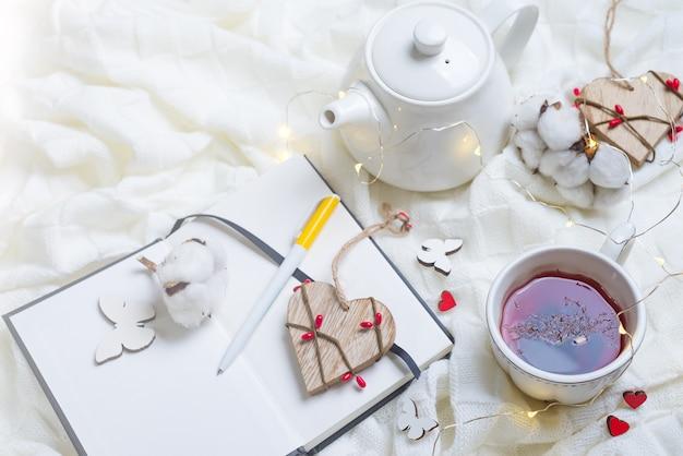 Détails de la nature morte dans le salon intérieur de la maison. belle tasse de thé avec mandarine