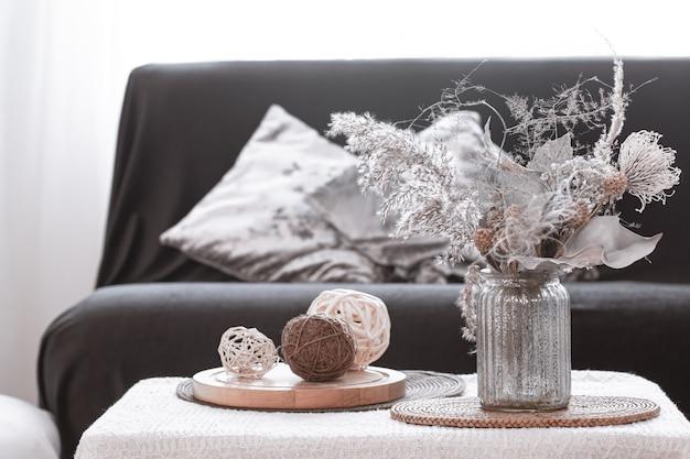 Détails de la nature morte du salon nordique avec un canapé noir et une décoration dans le salon.