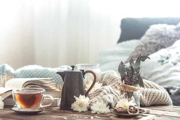 Détails de la nature morte de l'intérieur de la maison sur une table en bois avec une tasse de thé