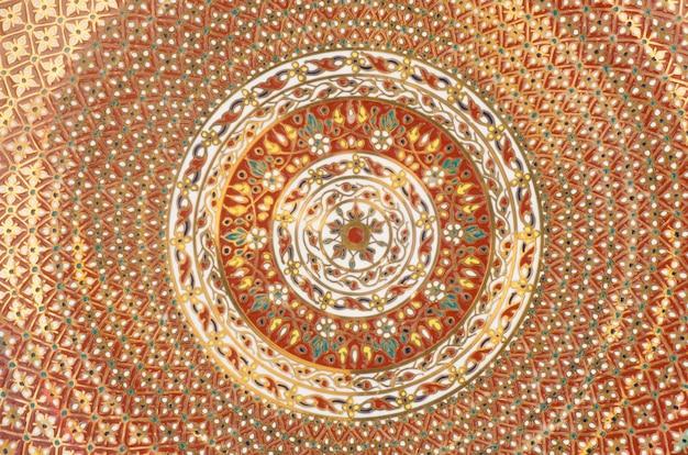 Détails de la peinture thaïlandaise décorée sur porcelaine thaïlandaise