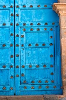 Détails d'une porte à barrio de san blas, cuzco, pérou