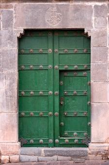 Détails d'une porte de la plaza de las nazarenas, cuzco, pérou