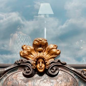 Détails d'une sculpture sur le mur d'un immeuble, nevsky prospect, saint-pétersbourg, russie