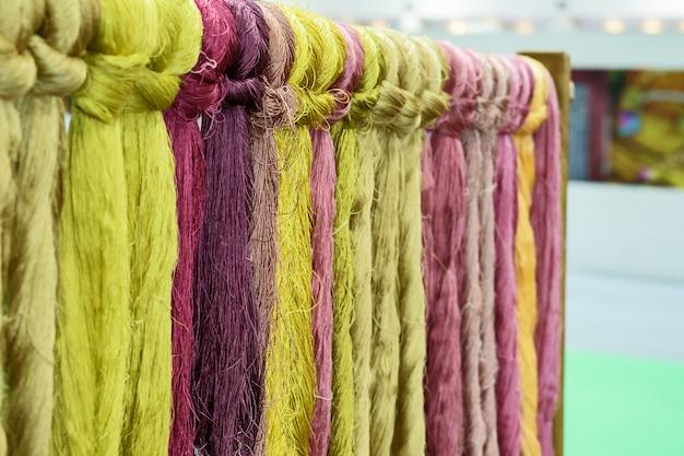 Détails de la soie colorée naturelle.