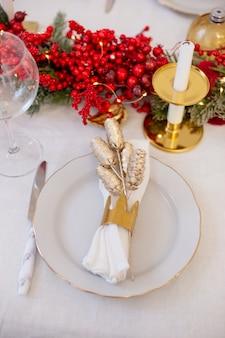 Détails de la table blanche de noël décorée