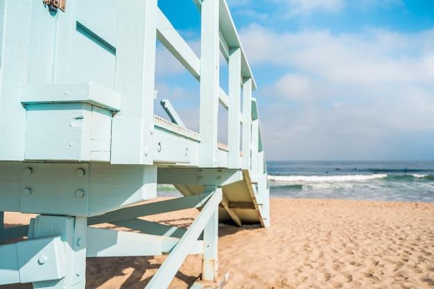 Détails de la tour de sauveteur bleu clair sur la plage de los angeles