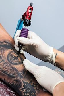 Détails d'un travail d'artiste tatoueur