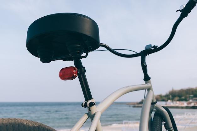 Détails d'un vélo de croisière en acier gris
