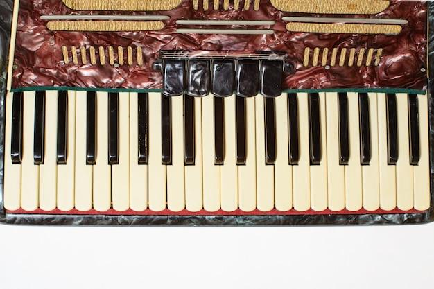 Détails d'un vieil accordéon, vue rapprochée.