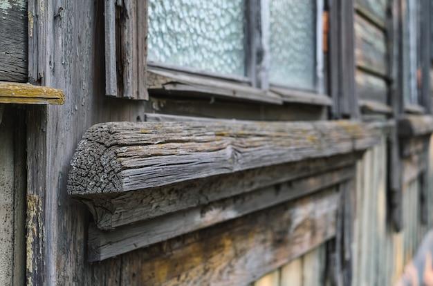 Détails de vieilles fenêtres vintage avec mur en bois de style grunge. gros plan et mise au point sélective avec espace de copie. fond vintage