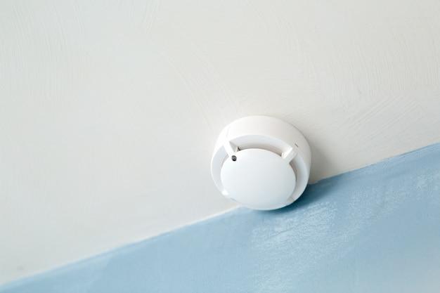 Détecteur de fumée blanc au plafond