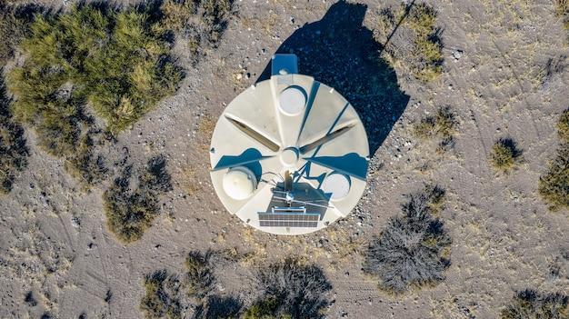 L'un des détecteurs de l'observatoire pierre auger est vu de près avec les andes au loin