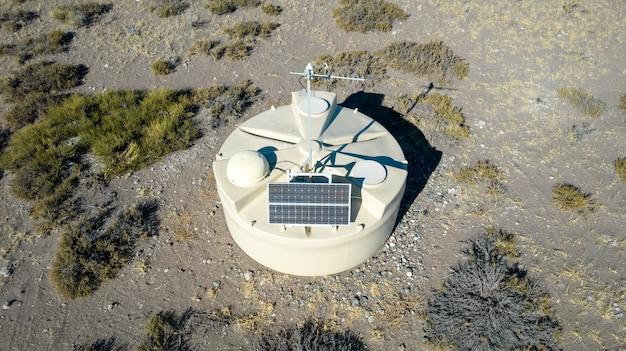 L'un des détecteurs de l'observatoire pierre auger est vu de près avec les andes dans la distanc