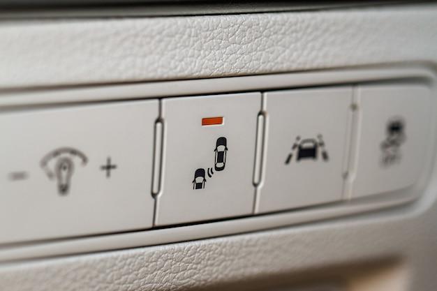 La détection d'angle mort de miroir de voiture moderne bascule la vue rapprochée. détail de l'intérieur du véhicule d'une voiture moderne.