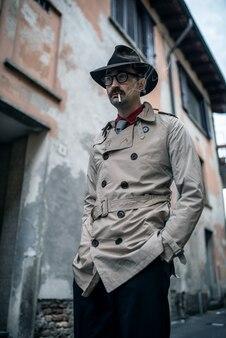 Détective espion homme marchant dans une rangée de dérapage