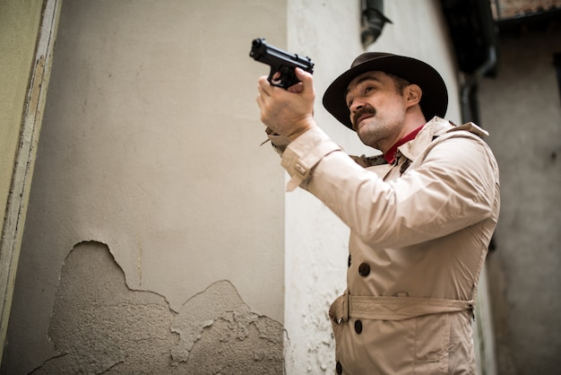 Détective utilisant son arme à feu