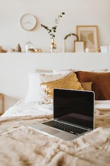 Détendez-vous, détendez-vous avec un ordinateur portable au lit avec un oreiller