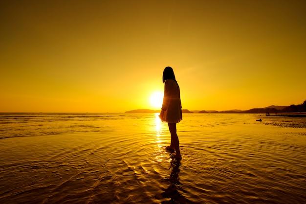 Détendez-vous femme regardant la mer sur la plage