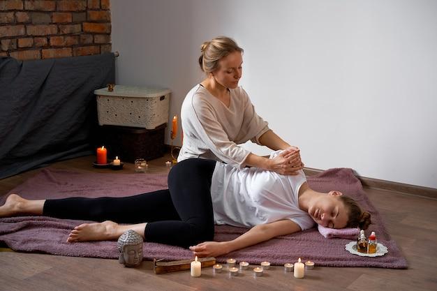 Détendez-vous et profitez du salon de spa en vous faisant masser par un masseur professionnel