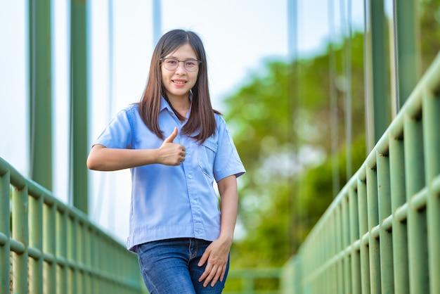 Détendue jeune femme asie au parc