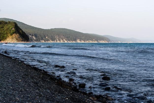 Détente au bord de la mer et vue sur la montagne