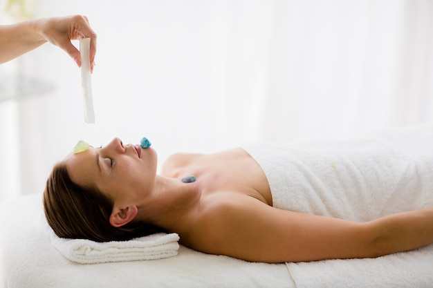 Détente femme recevant un traitement de massage