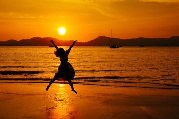 Détente femme sautant la mer sur la plage