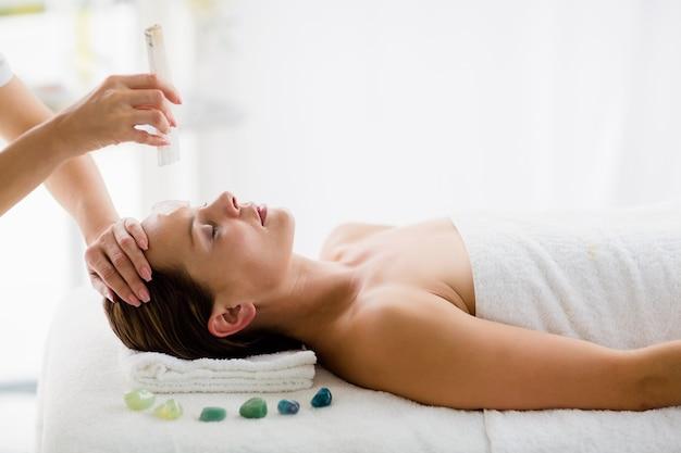 Détente jeune femme recevant un traitement de massage