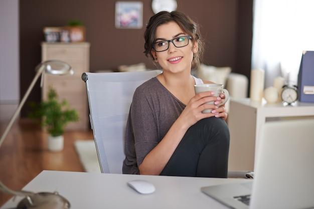 Détente avec un ordinateur portable et une tasse de café