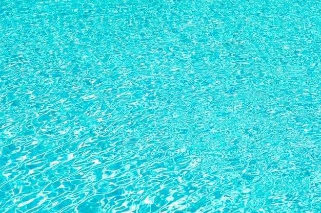 Détente totale. piscine eau ridée. fond d'eau de mer. vagues d'eau bleue. vie de plage de malibu. océan sous-marin. centre de villégiature paradisiaque de miami. vacances d'été. piscine d'hôtel de luxe. fond de mer.