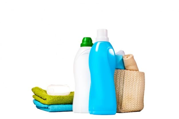 Détergent dans des bouteilles en plastique bleues et blanches