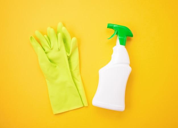 Détergents et accessoires de nettoyage de couleur pastel.
