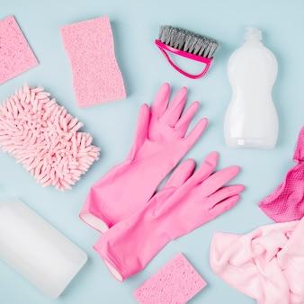 Détergents et accessoires de nettoyage de couleur rose. concept de service de nettoyage. mise à plat, vue de dessus.