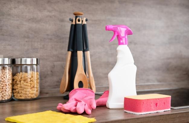 Détergents et accessoires de nettoyage dans la cuisine. nettoyage et lavage de la cuisine. service de nettoyage