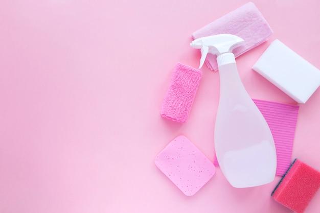Détergents et produits de nettoyage, éponges, serviettes et gants en caoutchouc
