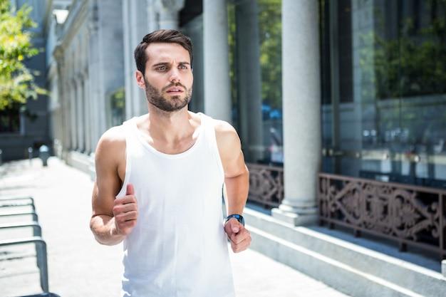 Déterminé beau athlète jogging