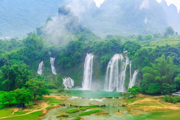 Detian falls au guangxi, en chine et banyue falls au vietnam