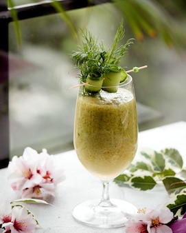 Détox au kiwi frais sur la table