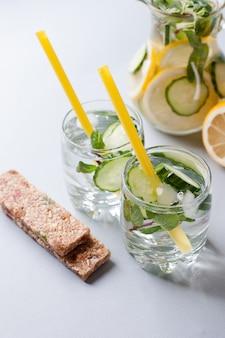 Detox, eau potable et barre de protéines, collation après l'effort, aliments diététiques